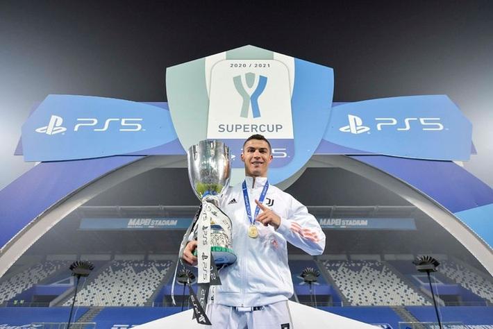Ronaldo cười toe toét, hạnh phúc hôn cúp vô địch trong ngày chính thức trở thành CHÂN SÚT VĨ ĐẠI NHẤT lịch sử - Ảnh 1.