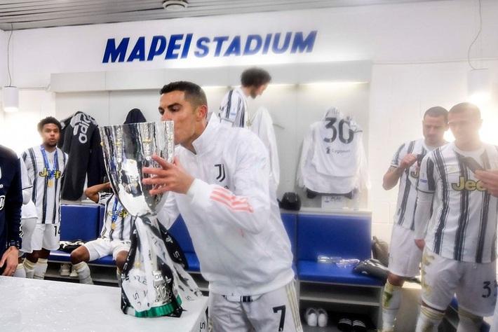 Ronaldo cười toe toét, hạnh phúc hôn cúp vô địch trong ngày chính thức trở thành CHÂN SÚT VĨ ĐẠI NHẤT lịch sử - Ảnh 4.