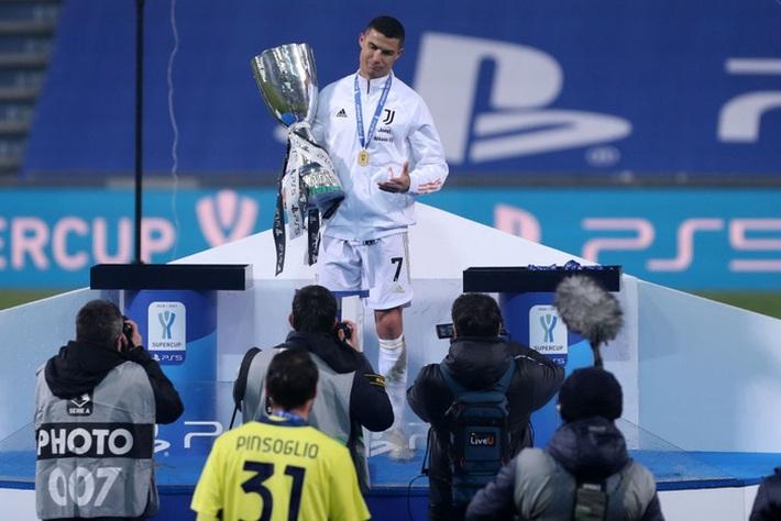Ronaldo cười toe toét, hạnh phúc hôn cúp vô địch trong ngày chính thức trở thành CHÂN SÚT VĨ ĐẠI NHẤT lịch sử - Ảnh 6.