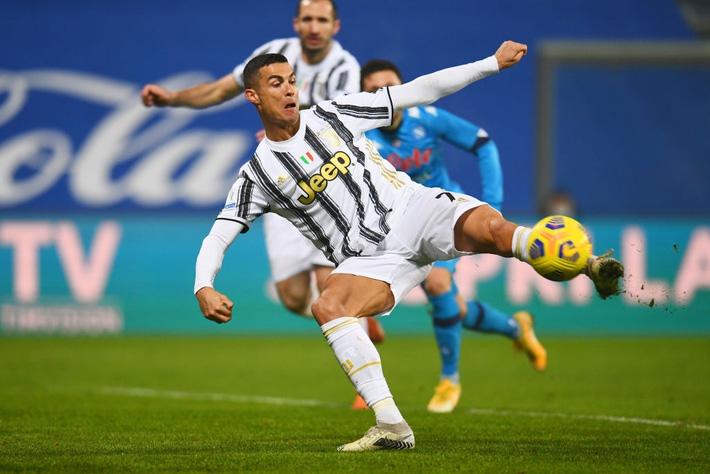 Ronaldo cười toe toét, hạnh phúc hôn cúp vô địch trong ngày chính thức trở thành CHÂN SÚT VĨ ĐẠI NHẤT lịch sử - Ảnh 8.