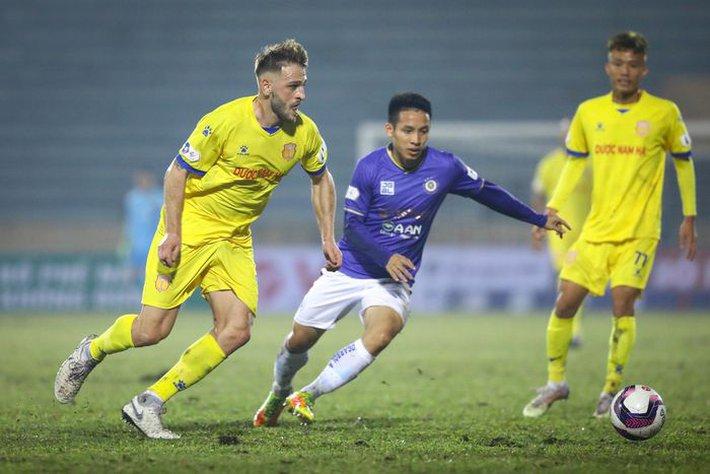 Mớ hỗn độn hiếm gặp ở V.League và những cái đầu nóng của làng bóng đá Việt Nam - Ảnh 1.