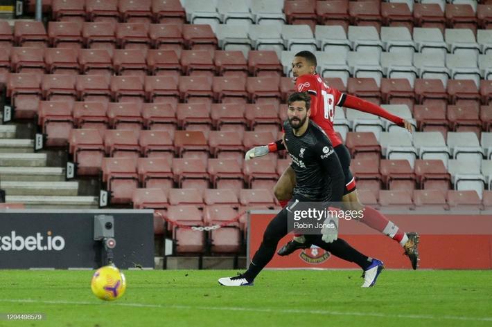 Thua sốc Southampton, Liverpool trao cơ hội đoạt ngôi đầu Premier League vào tay Man United - Ảnh 4.