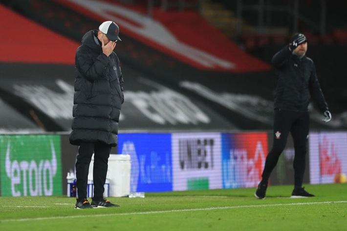 Hạ gục Liverpool, HLV Southampton quỳ xuống khóc nức nở và pha bẻ lái sau đó của ông khiến tất cả phải bật cười - Ảnh 8.
