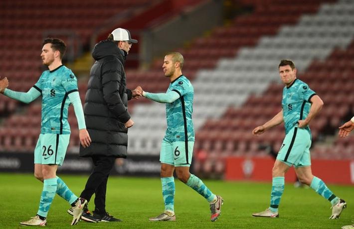 Hạ gục Liverpool, HLV Southampton quỳ xuống khóc nức nở và pha bẻ lái sau đó của ông khiến tất cả phải bật cười - Ảnh 9.