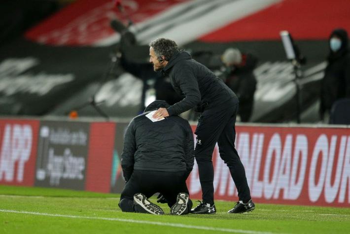 Hạ gục Liverpool, HLV Southampton quỳ xuống khóc nức nở và pha bẻ lái sau đó của ông khiến tất cả phải bật cười - Ảnh 3.
