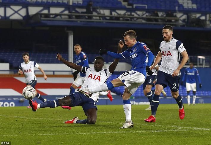 Messi cúi đầu rời sân, HLV Mourinho lại ôm trái đắng trong ngày Man City ca khúc khải hoàn - Ảnh 6.