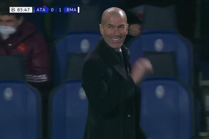 Pep Guardiola cho đối thủ nếm mùi bất lực; Zidane cười sảng khoái với siêu phẩm ít ai ngờ - Ảnh 5.