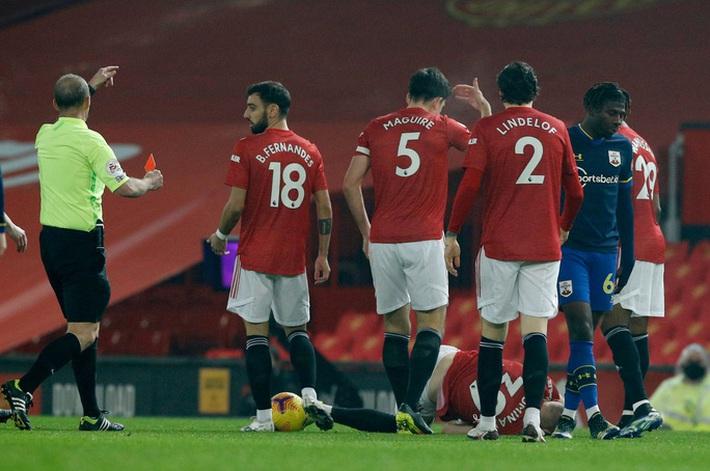Trọng tài Mike Dean tiếp tay Man United kết liễu Southampton? - Ảnh 1.
