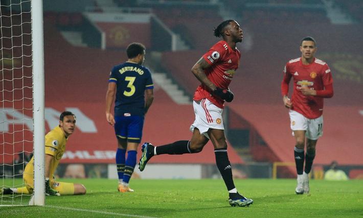 Trọng tài Mike Dean tiếp tay Man United kết liễu Southampton? - Ảnh 2.