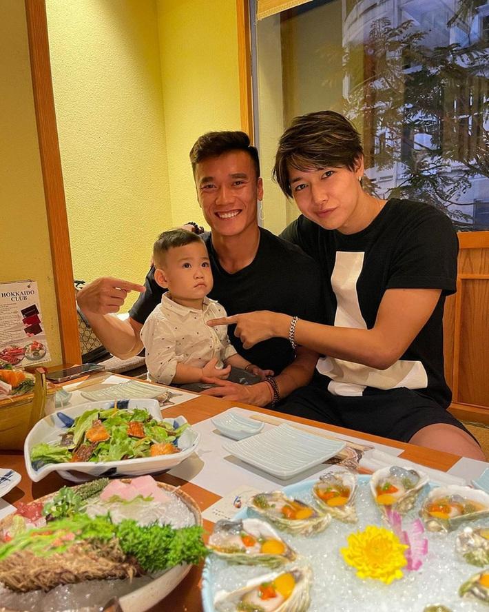 Bùi Tiến Dũng đi ăn với trai đẹp của Sài Gòn FC khiến đồng đội hoảng hốt - Ảnh 2.