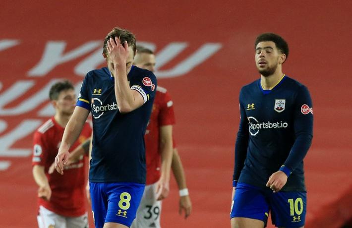 Trọng tài Mike Dean tiếp tay Man United kết liễu Southampton? - Ảnh 11.