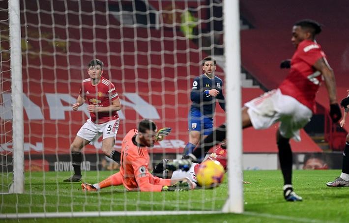 Trọng tài Mike Dean tiếp tay Man United kết liễu Southampton? - Ảnh 5.