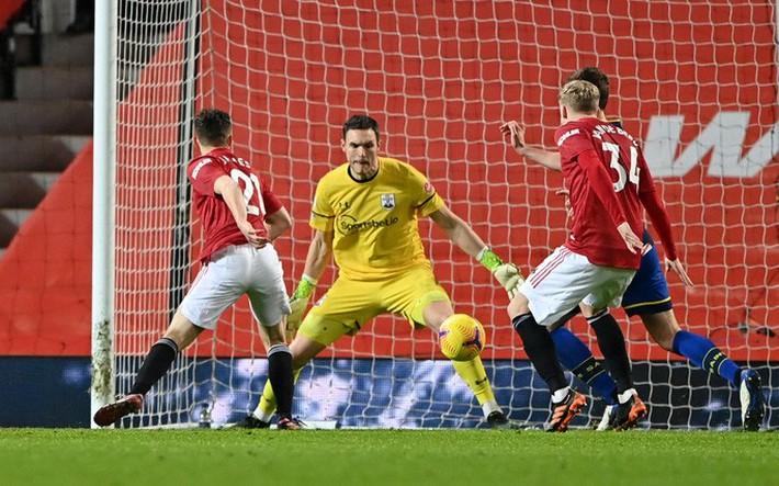 Trọng tài Mike Dean tiếp tay Man United kết liễu Southampton? - Ảnh 10.