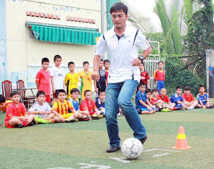 HLV Huỳnh Bá Tuấn đột ngột qua đời, làng futsal Việt Nam sốc nặng - Ảnh 1.