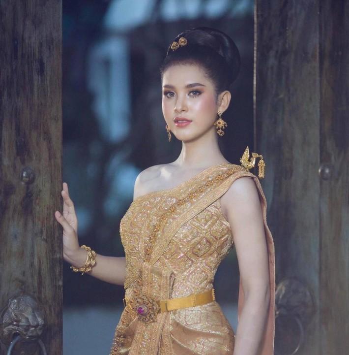 """Cô gái bí ẩn xinh như hoa hậu """"đánh cắp trái tim"""" của Thánh Muay Thái là ai? - Ảnh 2."""