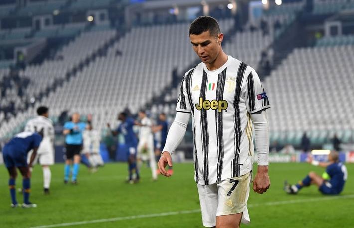 Ronaldo bị chỉ trích vì sợ bóng khiến Juve cay đắng rời Champions League - Ảnh 5.