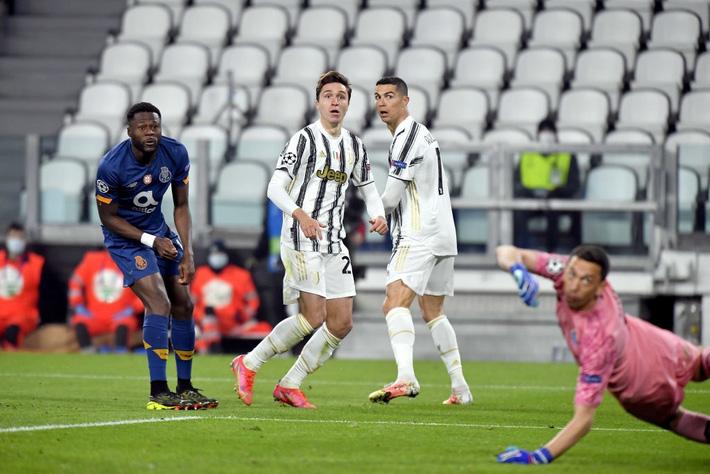 Ronaldo bị chỉ trích vì sợ bóng khiến Juve cay đắng rời Champions League - Ảnh 6.