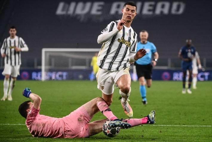 Ronaldo bị chỉ trích vì sợ bóng khiến Juve cay đắng rời Champions League - Ảnh 7.