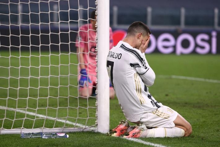 Ronaldo bị chỉ trích vì sợ bóng khiến Juve cay đắng rời Champions League - Ảnh 8.