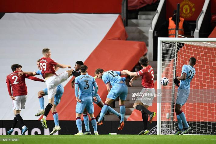 Man United được cường địch tặng cho 3 điểm; Mourinho nhận trái đắng từ cậu học trò nghệ sĩ - Ảnh 1.