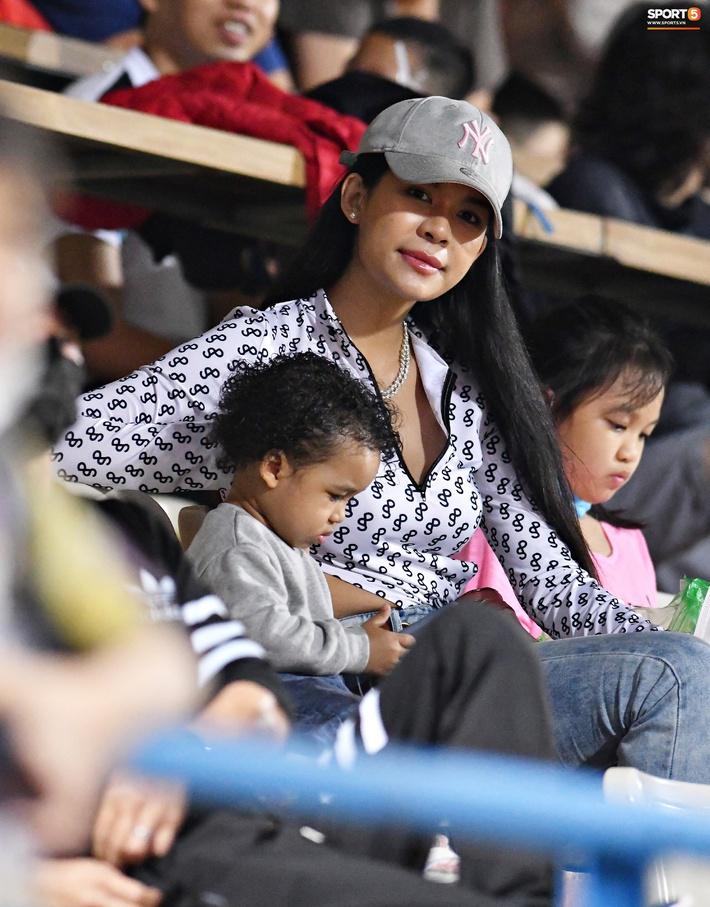 Nàng WAGs Thái Lan khoe sắc, thu hút ánh nhìn ở sân Hàng Đẫy - Ảnh 1.