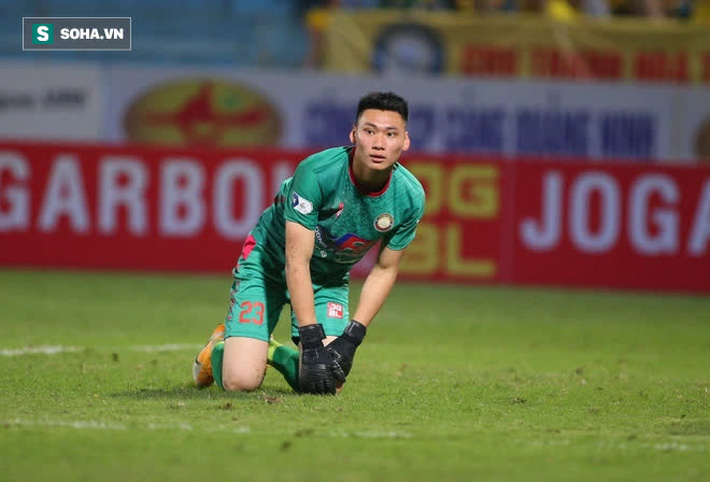 Được bắt chính ở V.League vì lý do hiếm có, thủ môn U22 Việt Nam liên tục mắc lỗi ngớ ngẩn - Ảnh 4.