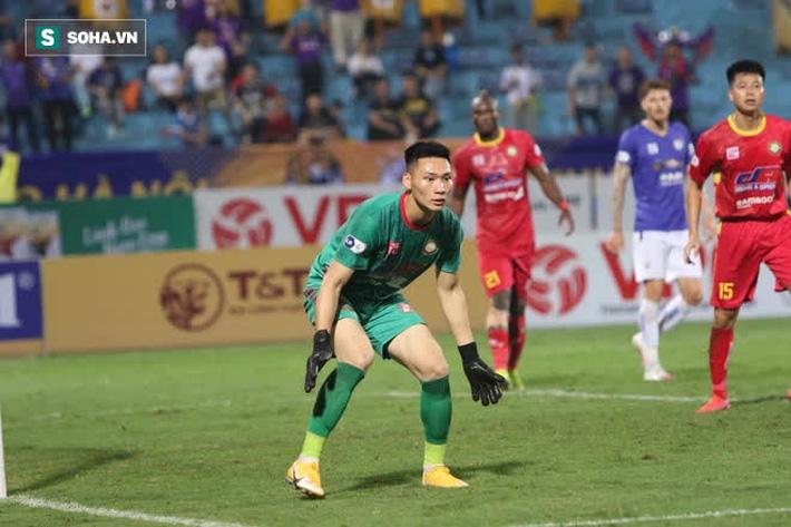 Được bắt chính ở V.League vì lý do hiếm có, thủ môn U22 Việt Nam liên tục mắc lỗi ngớ ngẩn - Ảnh 1.