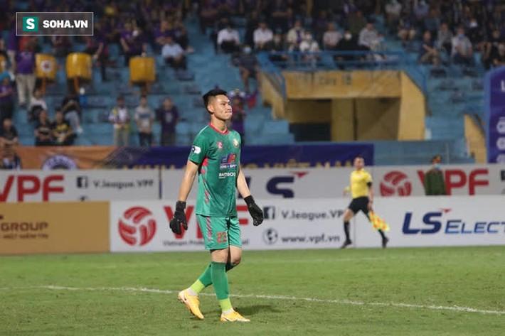 Được bắt chính ở V.League vì lý do hiếm có, thủ môn U22 Việt Nam liên tục mắc lỗi ngớ ngẩn - Ảnh 5.