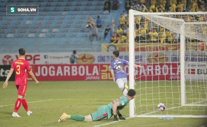 Được bắt chính ở V.League vì lý do hiếm có, thủ môn U22 Việt Nam liên tục mắc lỗi ngớ ngẩn - Ảnh 3.