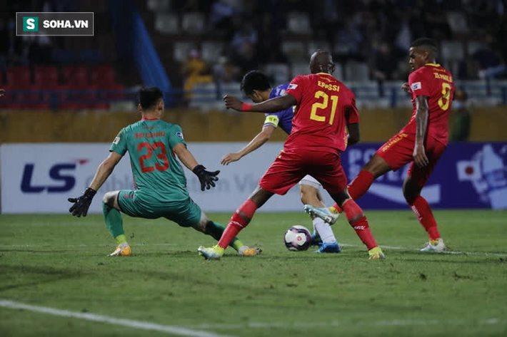 Được bắt chính ở V.League vì lý do hiếm có, thủ môn U22 Việt Nam liên tục mắc lỗi ngớ ngẩn - Ảnh 2.