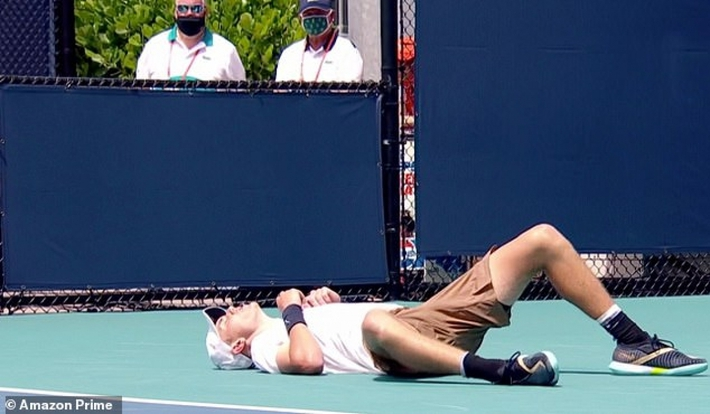 Đang thi đấu, tay vợt người Anh đổ gục vì nắng nóng - Ảnh 1.