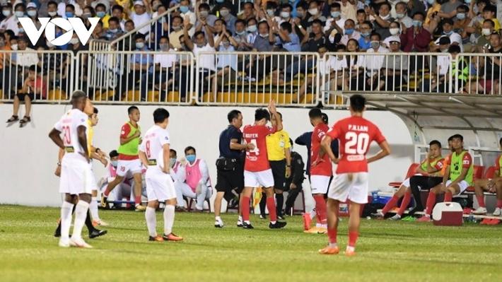 HLV Polking cay đắng thừa nhận CLB TPHCM thua toàn tập HAGL khi Lee Nguyễn rời sân - Ảnh 2.