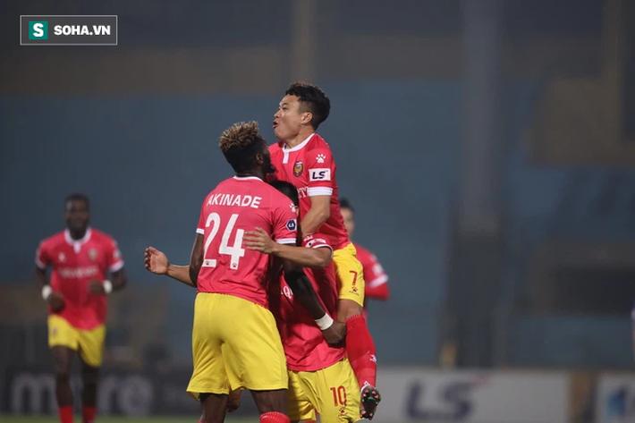 """Tấn Trường """"gục"""" vì siêu phẩm, Hà Nội FC suýt nhận cú sốc lớn ngày Quang Hải trở lại - Ảnh 1."""
