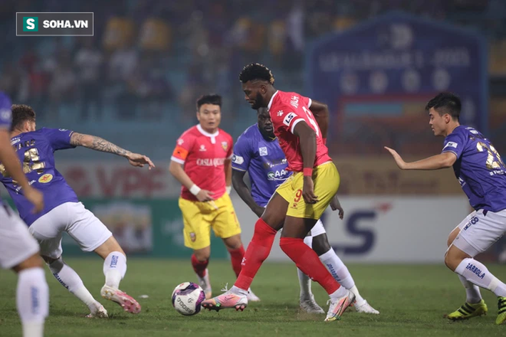 """Tấn Trường """"gục"""" vì siêu phẩm, Hà Nội FC suýt nhận cú sốc lớn ngày Quang Hải trở lại - Ảnh 2."""