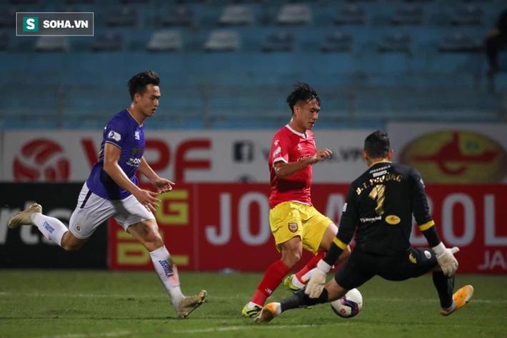 """Tấn Trường """"gục"""" vì siêu phẩm, Hà Nội FC suýt nhận cú sốc lớn ngày Quang Hải trở lại - Ảnh 3."""