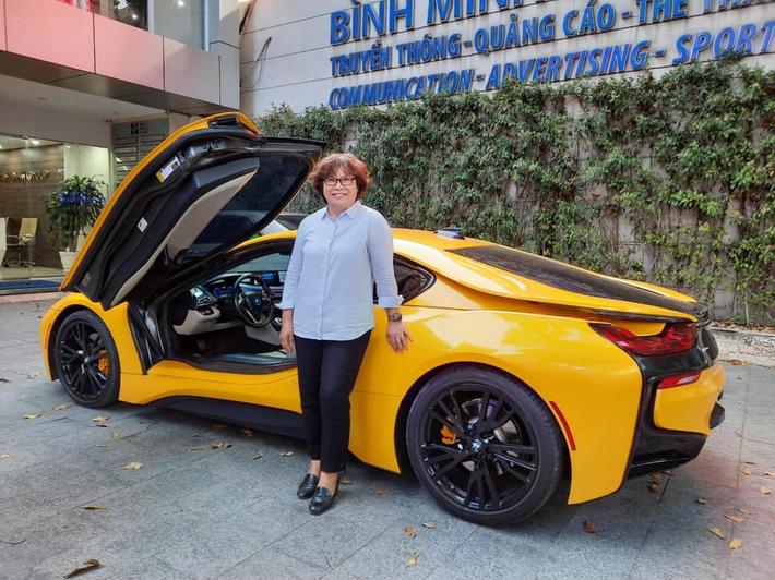 Sếp nữ CLB TP.HCM khoe ảnh đi chơi 8/3 cùng Bùi Tiến Dũng, tạo dáng bên siêu xe tiền tỷ - Ảnh 4.