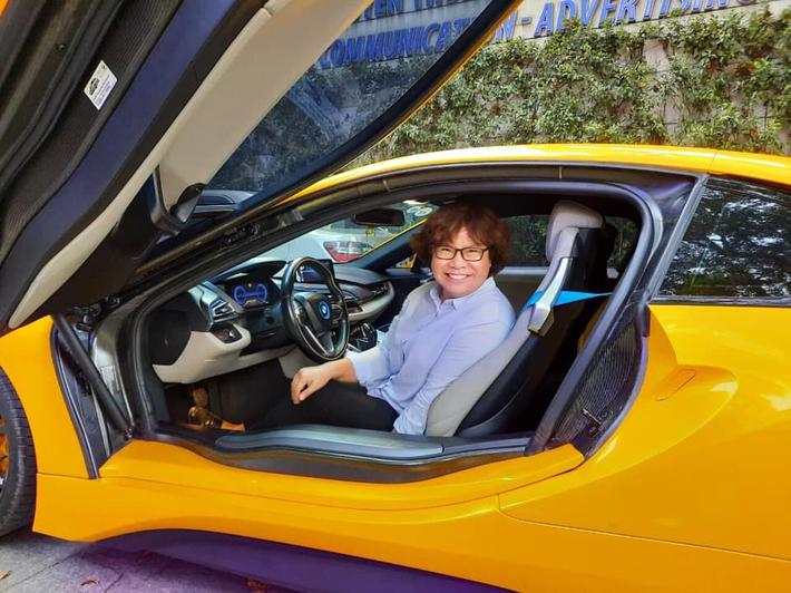 Sếp nữ CLB TP.HCM khoe ảnh đi chơi 8/3 cùng Bùi Tiến Dũng, tạo dáng bên siêu xe tiền tỷ - Ảnh 5.