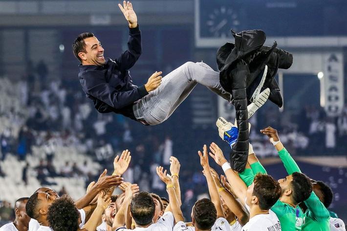 Huyền thoại Xavi vô địch Qatar với kỳ tích bất bại cả mùa - Ảnh 1.
