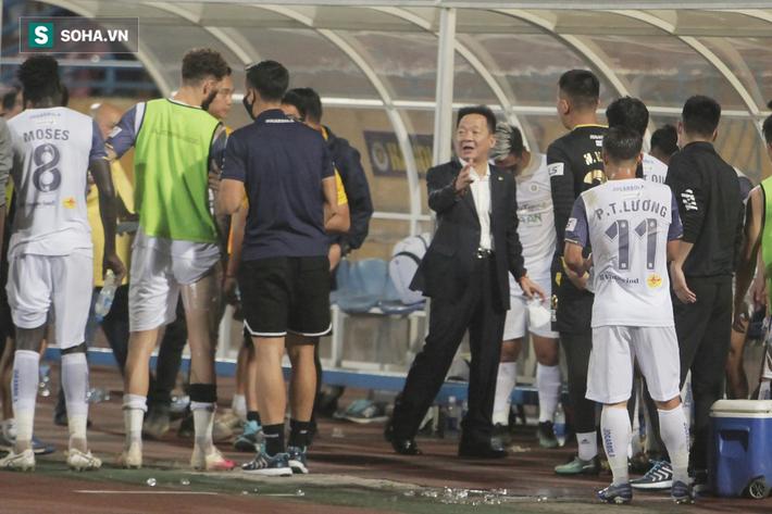 Bầu Hiển vui ra mặt, nắm chặt tay động viên Hà Nội FC trước ngày có biến động lớn - Ảnh 2.