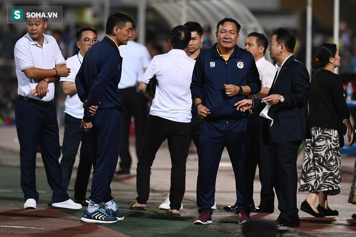 Bầu Hiển vui ra mặt, nắm chặt tay động viên Hà Nội FC trước ngày có biến động lớn - Ảnh 1.