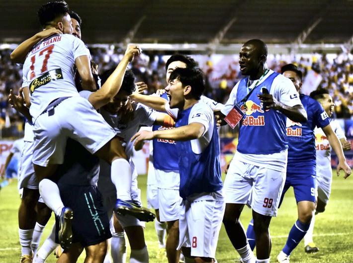 Chạm trán Hà Nội FC, HLV Kiatisuk tiết lộ mục tiêu bầu Đức giao cho từ đầu mùa - Ảnh 2.