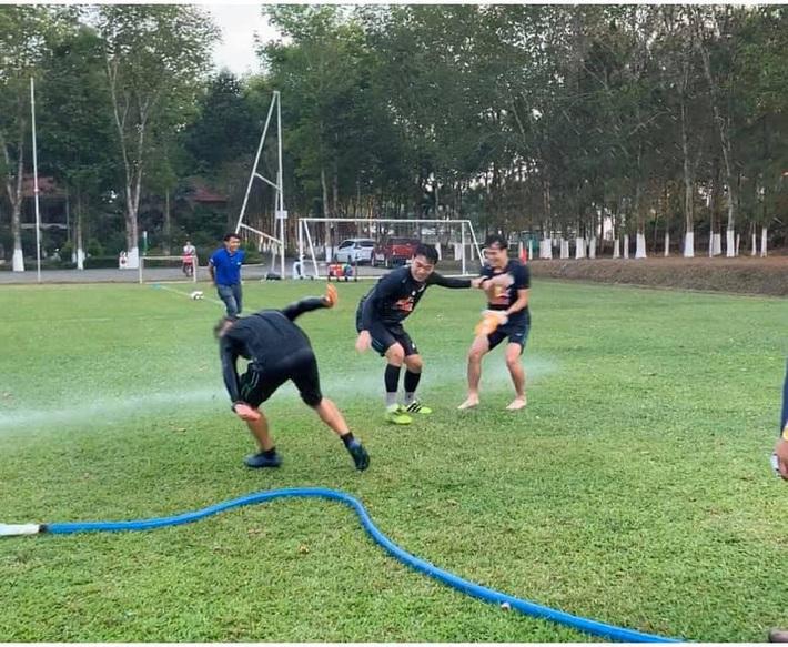Văn Toàn cơ cực trong lễ hội té nước độc đáo ở Gia Lai - Ảnh 7.