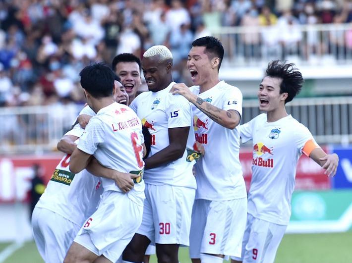 Chạm trán Hà Nội FC, HLV Kiatisuk tiết lộ mục tiêu bầu Đức giao cho từ đầu mùa - Ảnh 1.