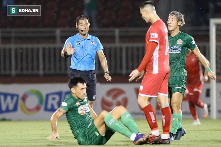 Sau tấm thẻ đỏ vì cú đánh chỏ thô thiển, Sài Gòn FC tạo ra trận cầu thảm họa ở V.League - Ảnh 1.