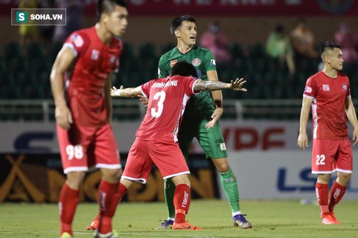 Sau tấm thẻ đỏ vì cú đánh chỏ thô thiển, Sài Gòn FC tạo ra trận cầu thảm họa ở V.League - Ảnh 2.