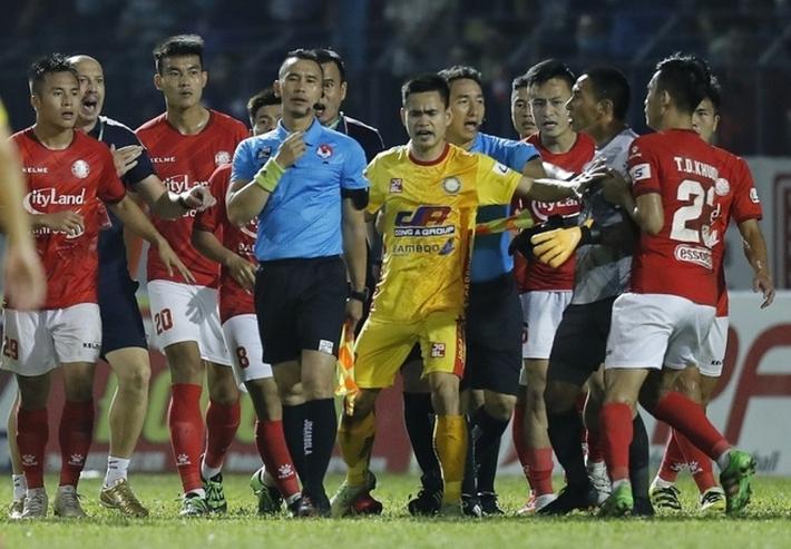 Hình ảnh xấu xí lại lên báo nước ngoài, bệnh nan y của bóng đá Việt bao giờ mới hết? - Ảnh 1.