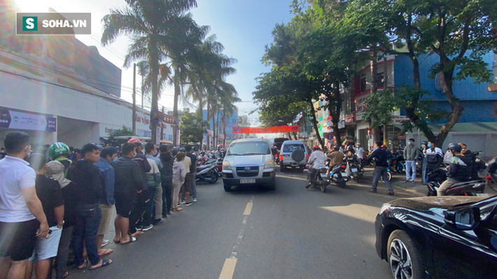 Khán giả xếp hàng từ 6h sáng, dài hơn 1 km mua vé xem Công Phượng đối đầu Quang Hải - Ảnh 1.
