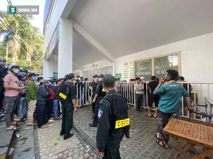 Khán giả xếp hàng từ 6h sáng, dài hơn 1 km mua vé xem Công Phượng đối đầu Quang Hải - Ảnh 3.