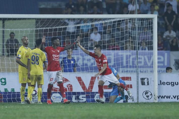 Lee Nguyễn cay đắng nhận thẻ đỏ, CLB TP.HCM sập nguồn trong trận đấu bù giờ kỷ lục - Ảnh 2.