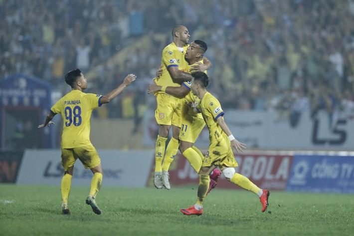 Lee Nguyễn cay đắng nhận thẻ đỏ, CLB TP.HCM sập nguồn trong trận đấu bù giờ kỷ lục - Ảnh 3.